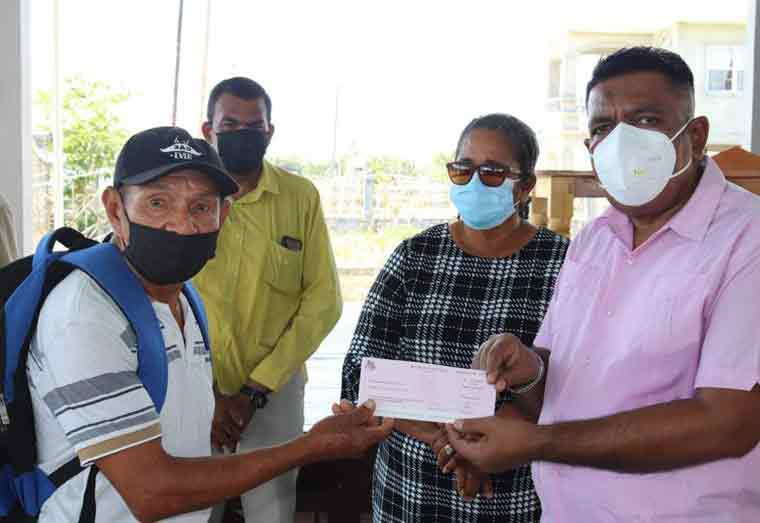 Over 1000 Region Two farmers receive flood relief grant